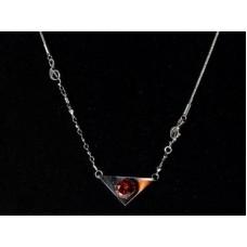 Halskette aus Stahl: Großer roter Zirkon und Violinschlüssel